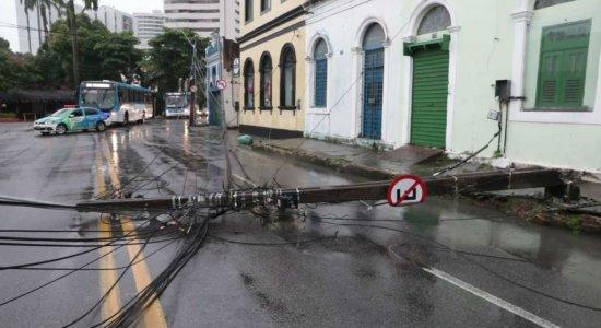 Poste cai e interdita trecho de rua em Casa Forte