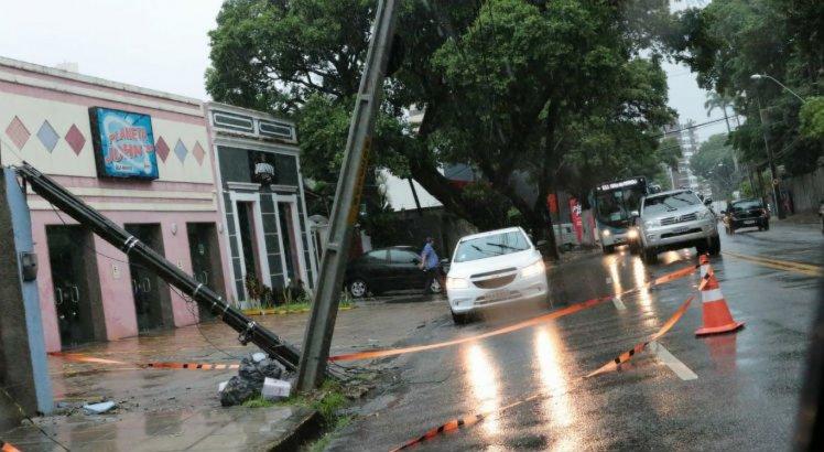 Poste com eminência de cair na Avenida 17 de agosto
