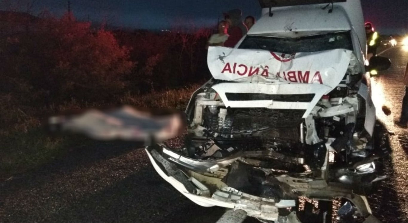 A colisão entre uma motocicleta e uma ambulância deixou dois mortos e três feridos