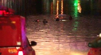 Mulher morre afogada após carro afundar em túnel na Zona Sul