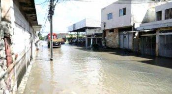 Moradores passaram a manhã fazendo limpeza e contabilizando prejuízos, porque a água invadiu muitas casas