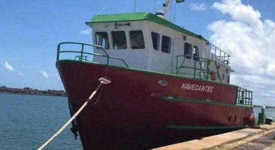 Após barco naufragar a caminho de Noronha, nove pessoas são resgatadas