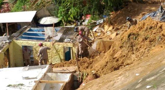 Bombeiros continuam buscas por vítimas de deslizamento em Camaragibe