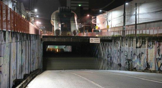 Mulher morre afogada dentro de carro no túnel do Pina