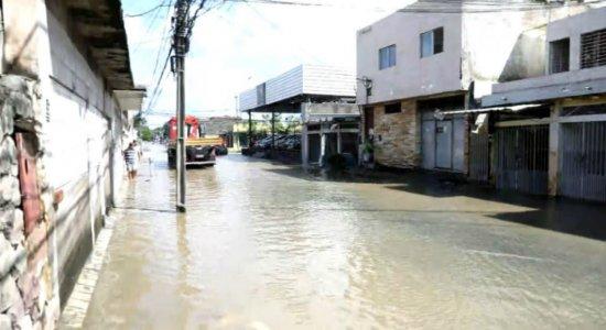 Motoristas e moradores seguem ilhados por causa das chuvas no Ipsep