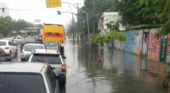 Chuvas provocam alagamentos na RMR nesta segunda-feira