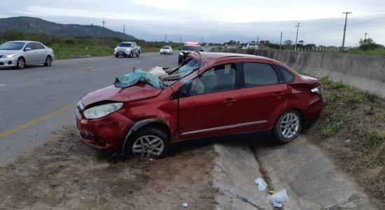 Veículo capotou após motorista perder o controle