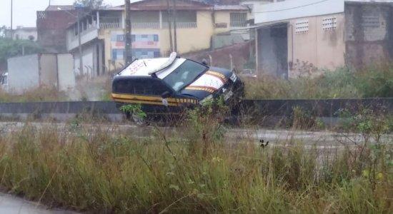 Viatura bateu no canteiro central da BR-232, em Vitória de Santo Antão