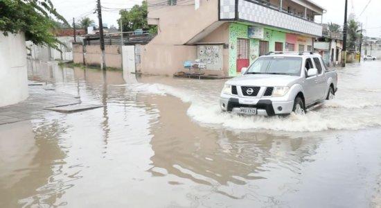 Após fortes chuvas, Olinda sofre com alagamentos