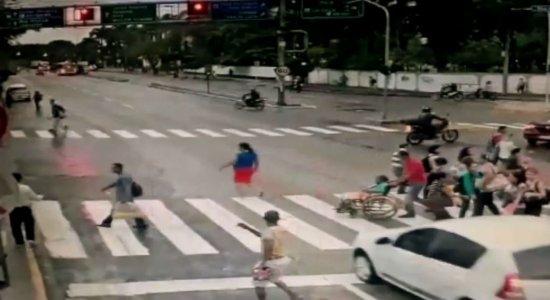 Carro que atropelou cadeirante na Agamenon tem 4 multas por velocidade