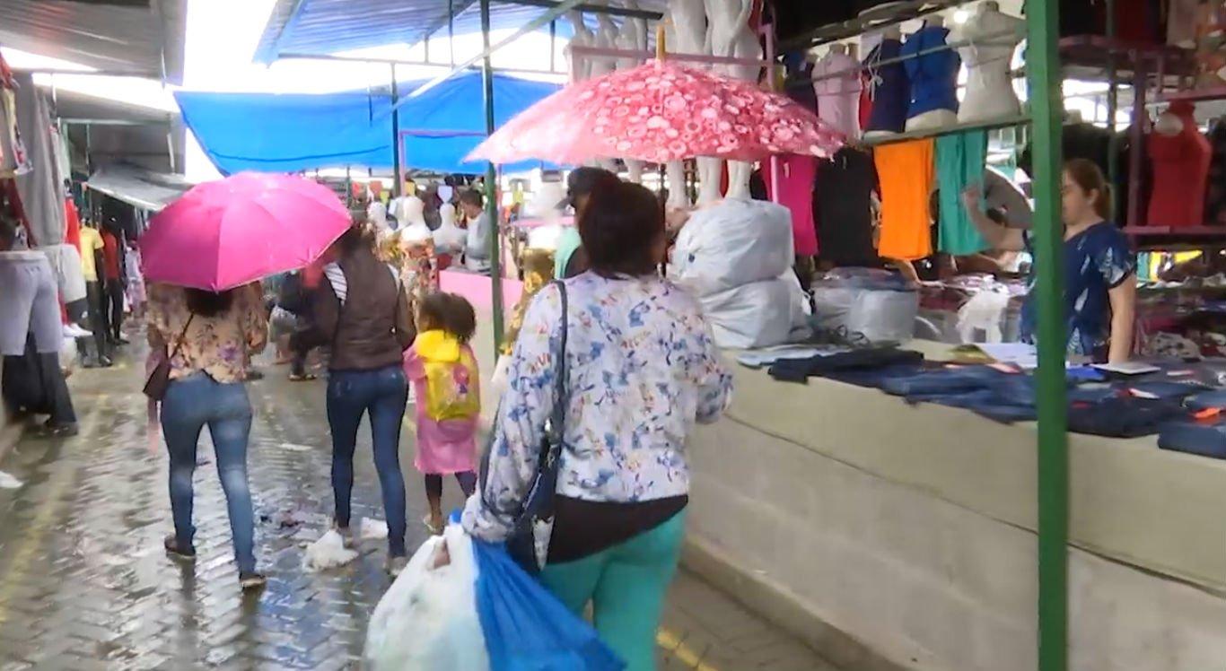 Feira da Sulanca foi de chuva nesta segunda-feira (17)