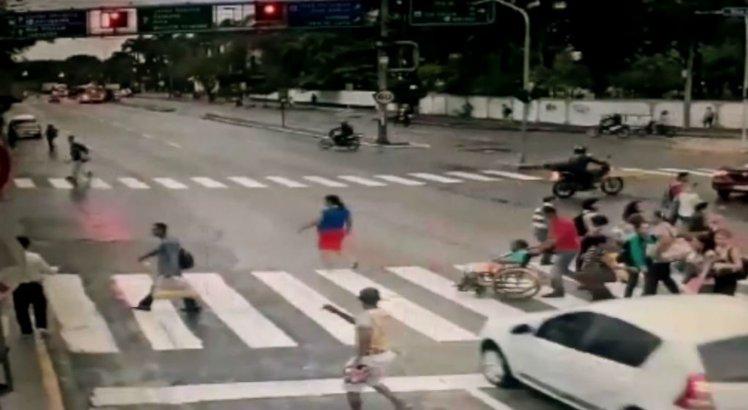 Vídeo: cadeirante morre atropelada na Avenida Agamenon Magalhães