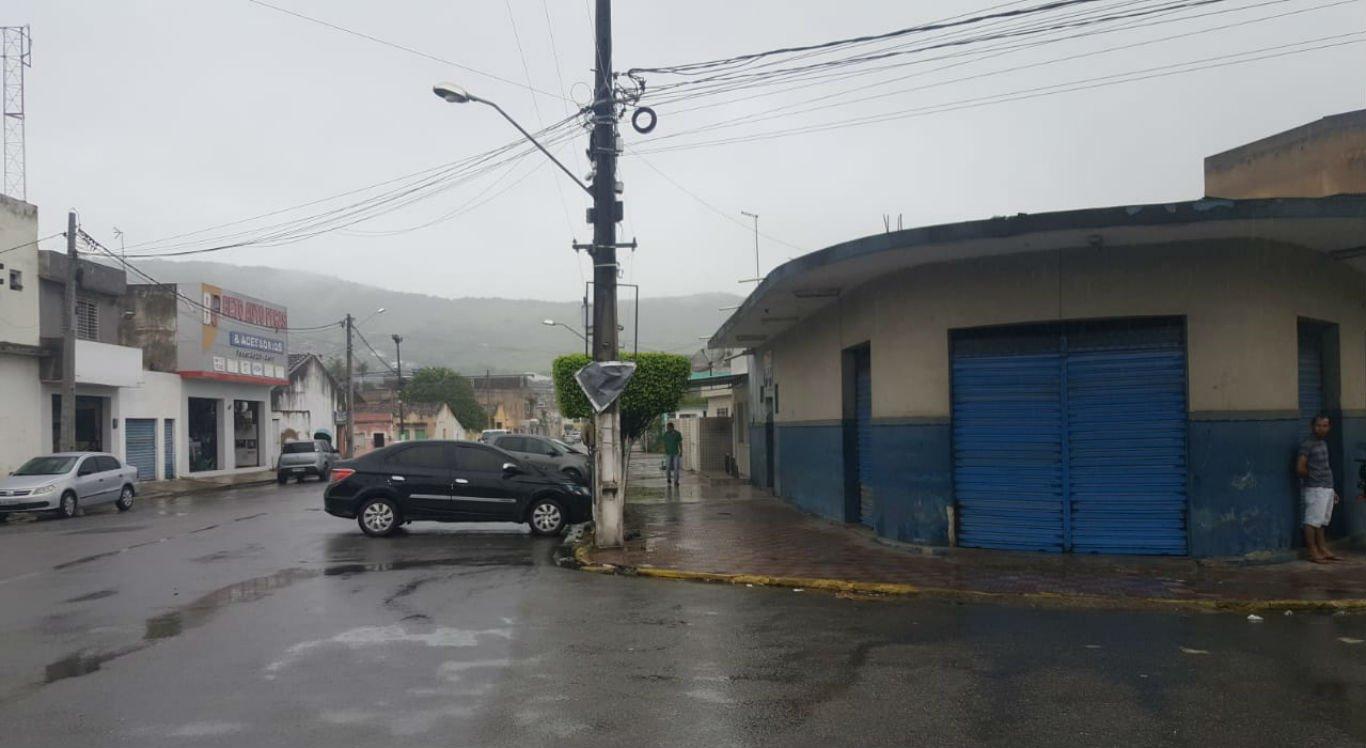 Chuva no bairro Ponto Certo, na entrada de Limoeiro