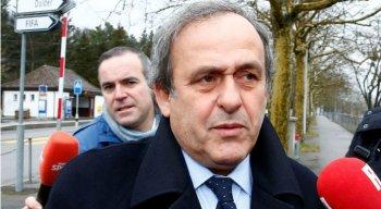 Platini, três vezes vencedor da Bola de Ouro de melhor jogador do mundo, deveria suceder Blatter como presidente da Fifa em 2016