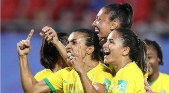 Atletas do Brasil comemoram o gol marcado por Marta.