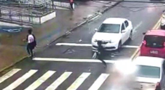 Vídeo: estudante é atropelada em frente a faculdade em Olinda