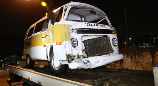 Kombi escolar e caminhonete colidem em Jaboatão dos Guararapes