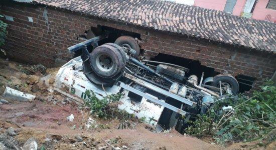 Caminhão da prefeitura cai de ladeira e atinge casa em Igarassu
