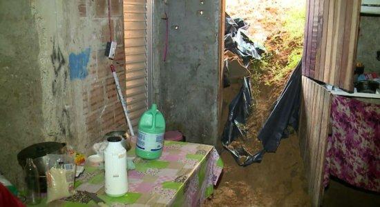 Barreira desliza e barro invade casa em Olinda
