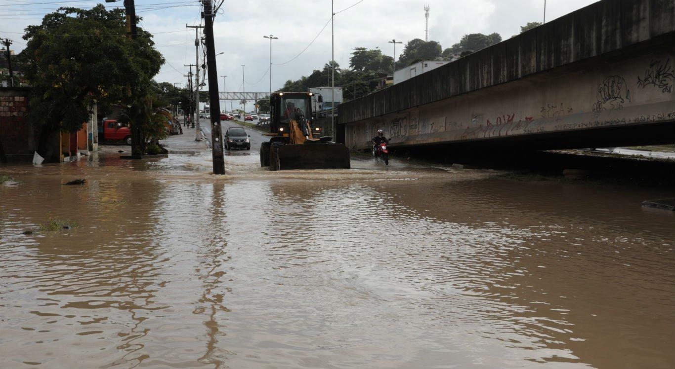Em Ouro Preto, moradores e motoristas sofrem com alagamento na PE-15