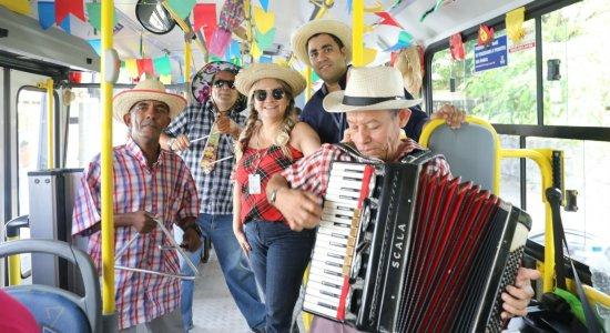 Empresa de ônibus promove viagens com forró e decoração junina