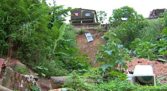 Moradores de Sapucaia temem queda de barreira
