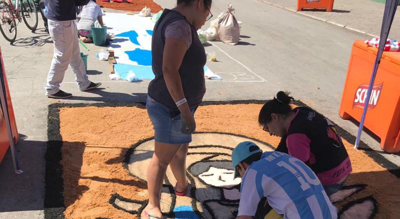 Tapetes estão sendo confeccionados no Pátio de Eventos Luiz Lua Gonzaga