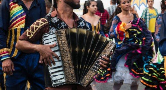 Arrastão do Forró percorre ruas do Centro do Recife