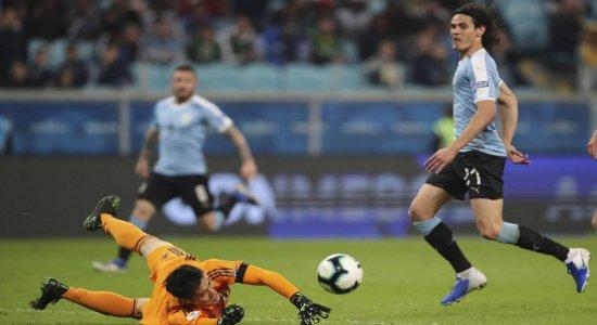Com ajuda do VAR, Uruguai empata com o Japão e segue líder