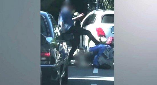 Vídeo: homem agride motociclista no meio do trânsito na Torre