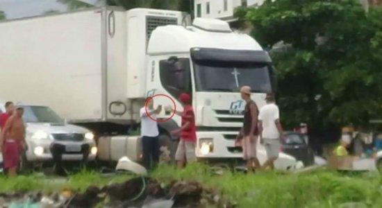 Vídeo: homem atira para conseguir passar por protesto na Zona Norte