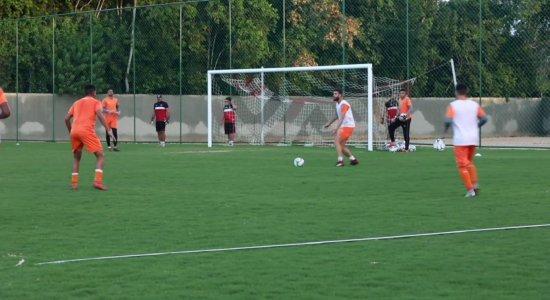 Marcello Mattos treina com bola e deve jogar no Santa Cruz x Náutico