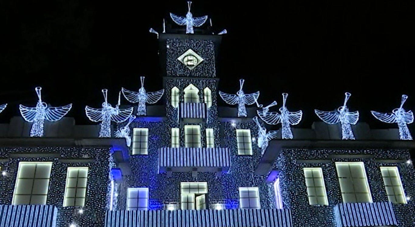 Palácio Celso Galvão, sede da prefeitura, é decorado durante o período