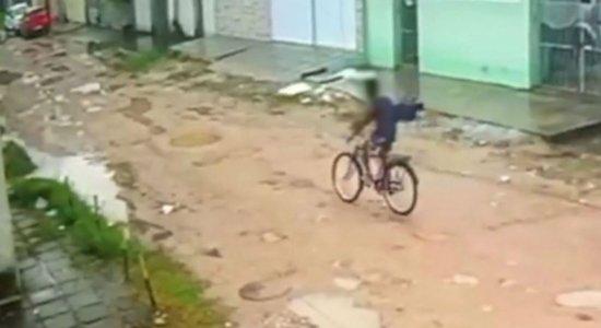 Após ter bicicleta furtada, homem impede linchamento de menor suspeito