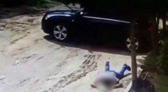 Vídeo: homem tem carro roubado enquanto tentava tirá-lo de poça