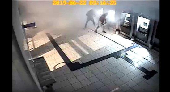Agência da Caixa de Belo Jardim é alvo de criminosos; veja as imagens