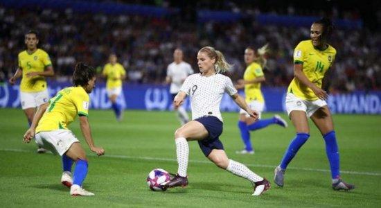 Brasil luta muito, mas não supera a França e está fora da Copa