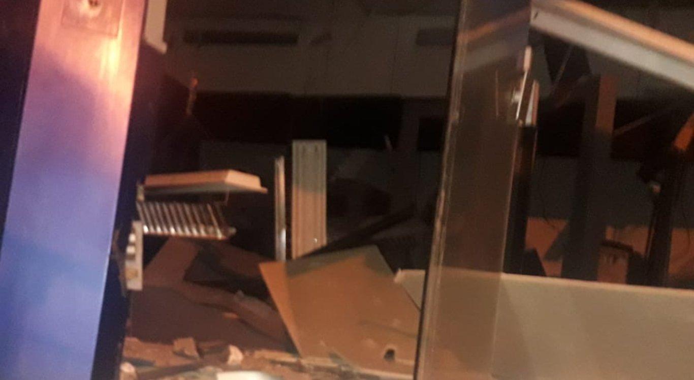 Quatro caixas da agência foram explodidos e o teto do local caiu