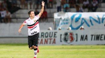 Atacante aproveitou falha da defesa do Náutico e marcou o gol da vitória coral
