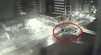 Nas imagens do alto de um prédio, é possível ver o veículo passando por um cruzamento em alta velocidade