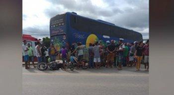 O motorista do veículo teria entrado em outra faixa para estacionar o ônibus, quando atingiu o casal