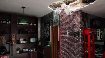 Barbearia teve telhado depredado após invasão