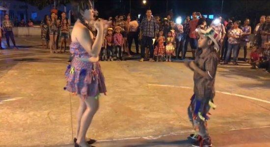 Professora dança quadrilha em libras com aluno surdo e viraliza