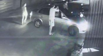 Momento em que ladrão rende o dono do veículo