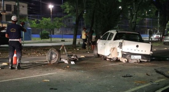 Carro que seria roubado causa acidente na Av. Caxangá e deixa ferido