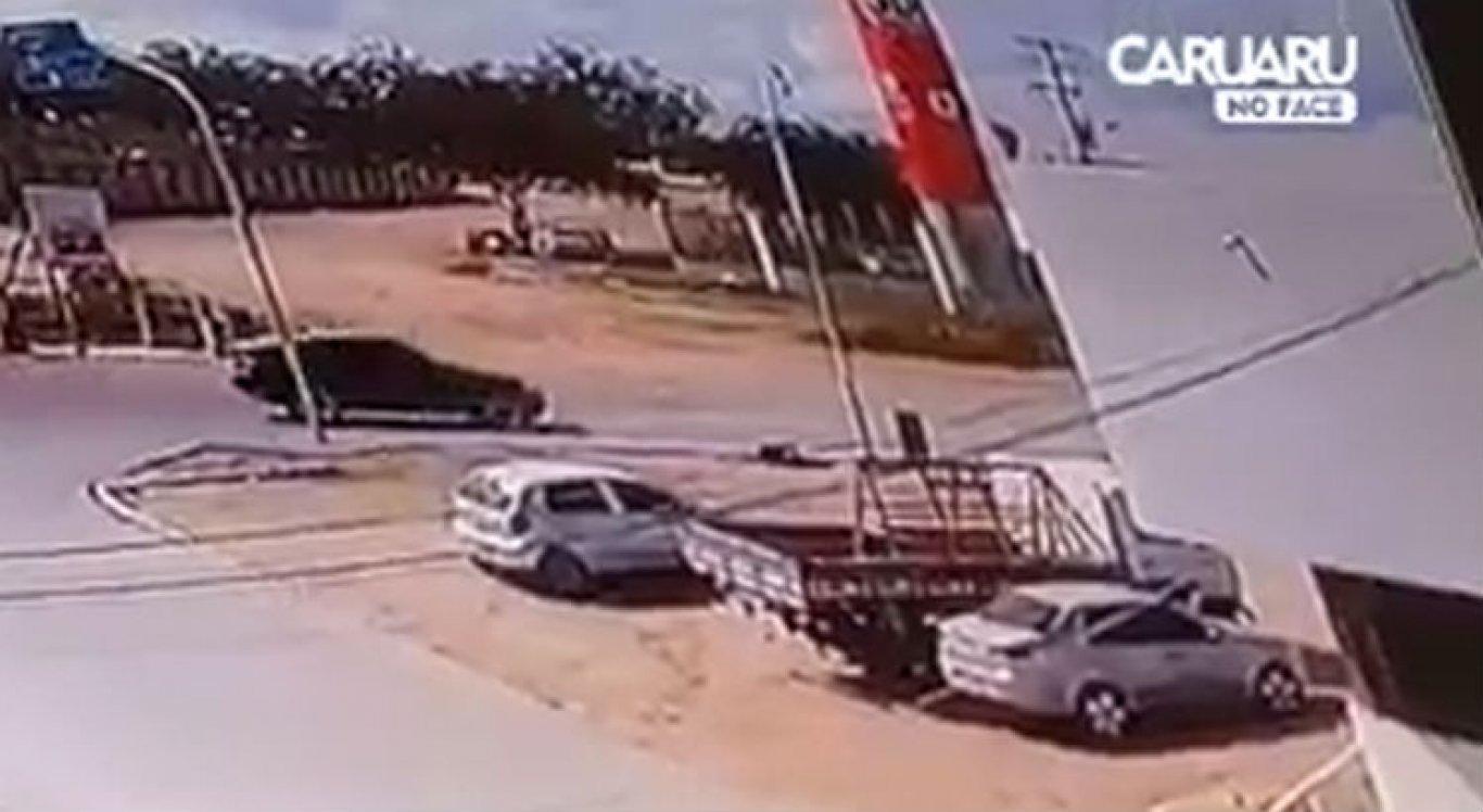 Vídeo mostra momento em que carro dos suspeitos se aproxima do carro da vítima