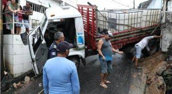 O caminhão foi retirado com suporte de uma retroescavadeira
