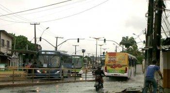 A chuva que caiu foi suficiente para alagar a avenida