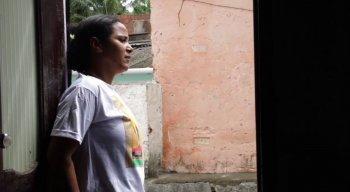 A mãe Joelma Andrade sofre com a morte do filho, assassinado a tiros por PM