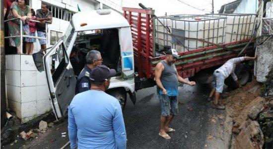 Motorista perde controle e caminhão atinge duas casas na Zona Norte